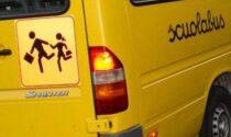Caos sullo scuolabus, studenti infilati dentro le cappelliere