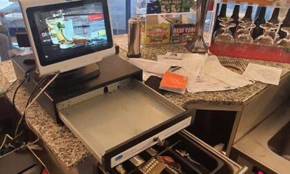 Ladri in caffetteria fuggono con le monete