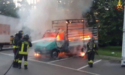 Furgone a fuoco in un parcheggio: Vigili del fuoco a Limbiate