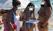 Famiglia in spiaggia col cane multata da tre vigilesse... in bikini