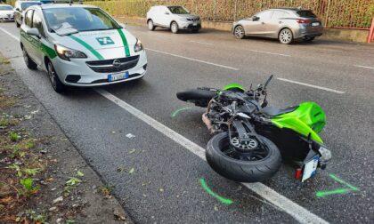 Caduta in moto dopo un sorpasso, grave 28enne