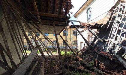 Ex bagni pubblici nel degrado: cancello aperto e tetto crollato