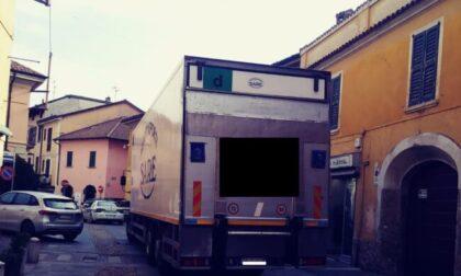 Camion si incastra nelle vie del centro storico