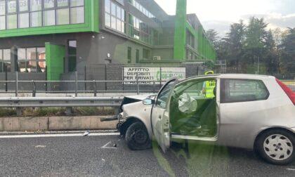 Finisce con l'auto contro il guardrail sulla SS36: trasportato in ospedale