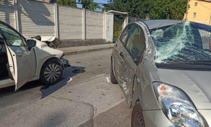 Violento schianto tra auto: in due finiscono in ospedale