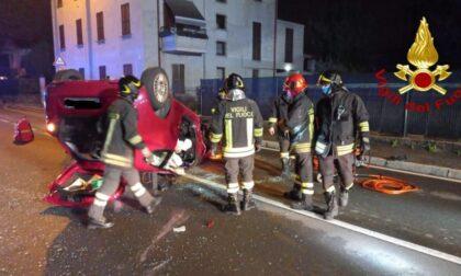 Vigili del fuoco a Giussano per liberare una 24enne rimasta intrappolata in auto dopo l'incidente