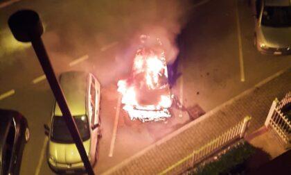 Varedo, nella notte intervento dei Vigili del fuoco per un'auto a fuoco