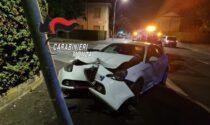 Automobilista ubriaco si schianta contro un palo della luce, denunciato