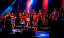 The Singers Choir cantano fuori dall'ospedale per ricordare le vittime della pandemia
