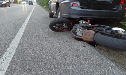 Per schivare un'auto, ventenne finisce sotto un veicolo