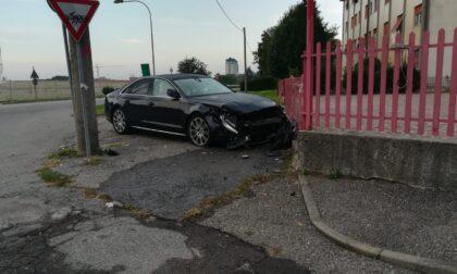 Auto finisce contro la recinzione di un ufficio