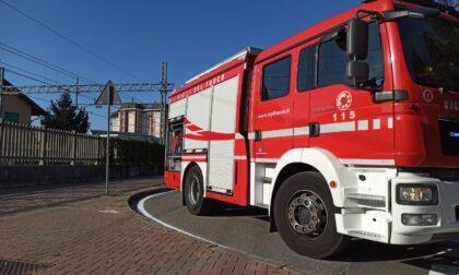 Fiamme lungo la linea ferroviaria: arrivano i Vigili del fuoco