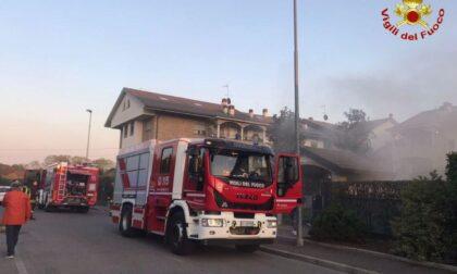Incendio nel locale rifiuti di un condominio, pompieri a Desio