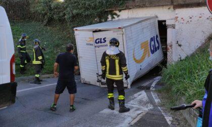 Ancora un camion incastrato sotto il ponte di via Lampugnani