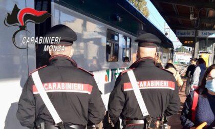 Minaccia di morte e aggredisce una donna sul treno, arrestato un 25enne