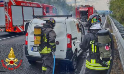Furgone a metano a fuoco sulla Statale 36 in direzione Milano