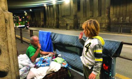 Il cuore grande del piccolo Lapo: insieme a mamma e papà ha distribuito cibo ai bisognosi